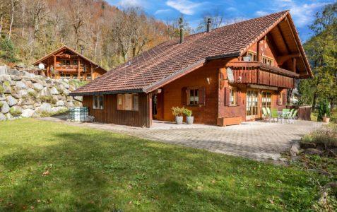6.5-Zimmer-Einfamilienhaus mit Umschwung und phantastischer Bergsicht in Linthal