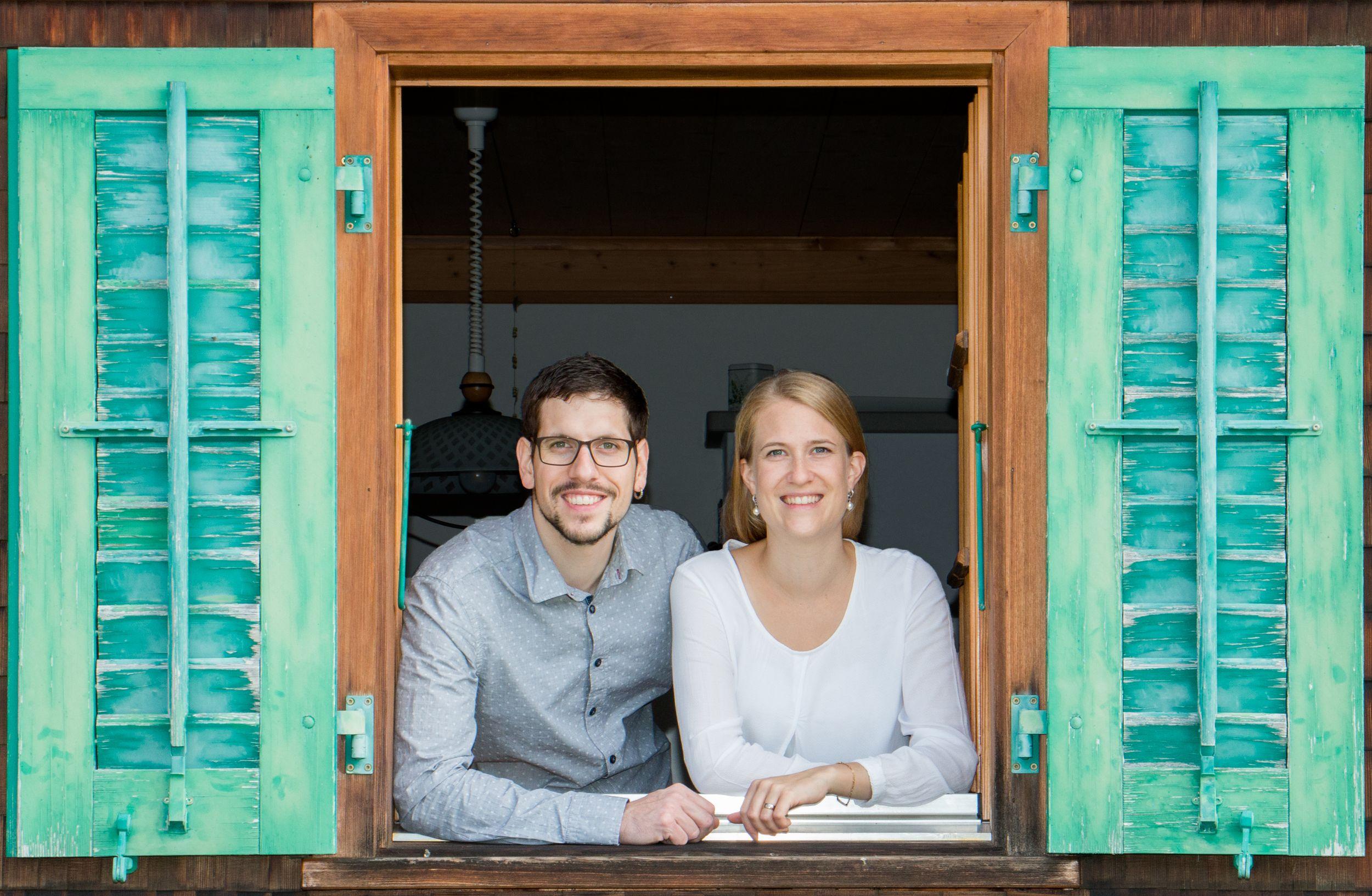 Portrait von Carine und Ueli Keller aus dem Fenster